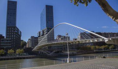 El puente Zubizuri en Bilbao.