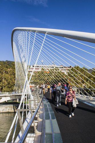 Zubizuri, puente peatonal diseñado por Santiago Calatrava en Bilbao.