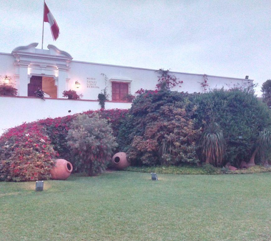 Jardines del Museo Arqueológico Larco Herrera en Lima (Perú).